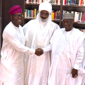 Wale Tinubu, GCE, Oando PLC (left) And Alhaji Dariu Mangal (right) Share A Congratulatory Handshake After Reaching A Peace Accord Mediated By The Emir Of Kano, Emir Sanusi Lamido II (CON)